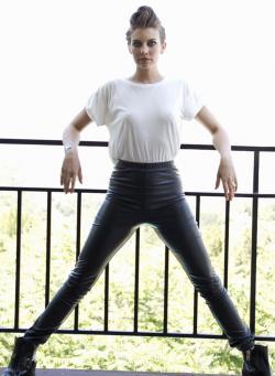 Lauren Cohan Sin Sujetador Marcando Pezones