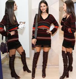 Victoria Justice MiniVestido Con Botas Mosqueteras