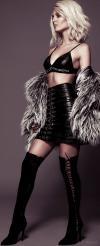 Victoria Justice Minifalda De Cuero Con Botas Altas